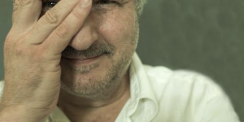 49_Bild_Martin Hopfengart_© Martin Hopfengart. Portätbild des Autors mit einer Hand vor derrechten Gesichtshälfte.